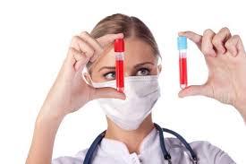 doctor ce tine doua fiole cu sange diferit